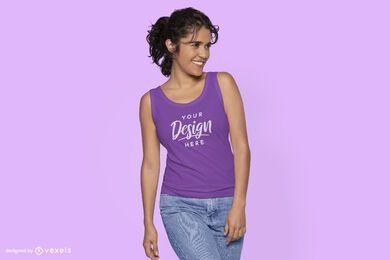 Mirando a la maqueta de camiseta sin mangas modelo lateral