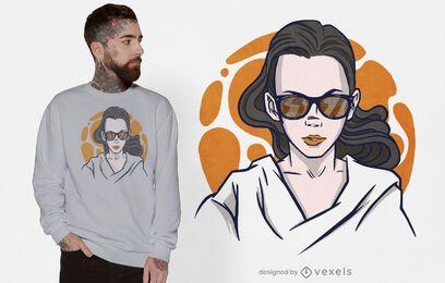 Mujer con diseño de camiseta de gafas de sol.