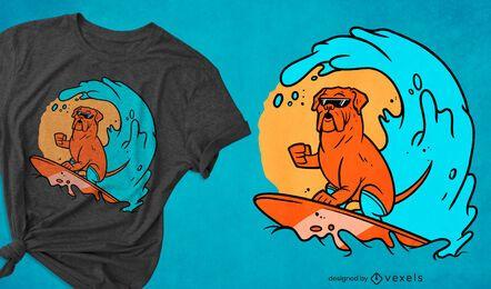Perro surfeando en diseño de camiseta de olas.