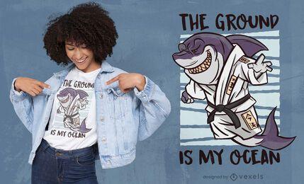 Diseño de camiseta de dibujos animados de artes marciales de tiburón.