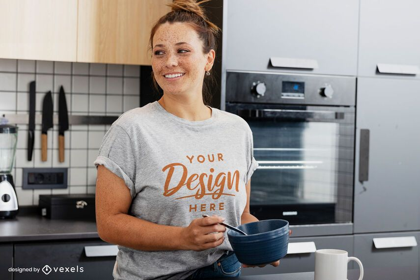 Maquete de camiseta feminina com café da manhã