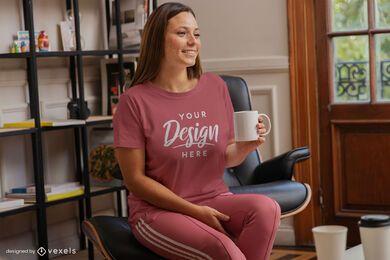 Mulher com uma caneca de café simulada
