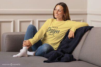 Mujer en maqueta de sudadera de casa de sofá
