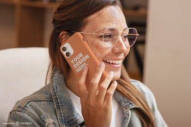 Garota com óculos rindo de maquete de capa de telefone