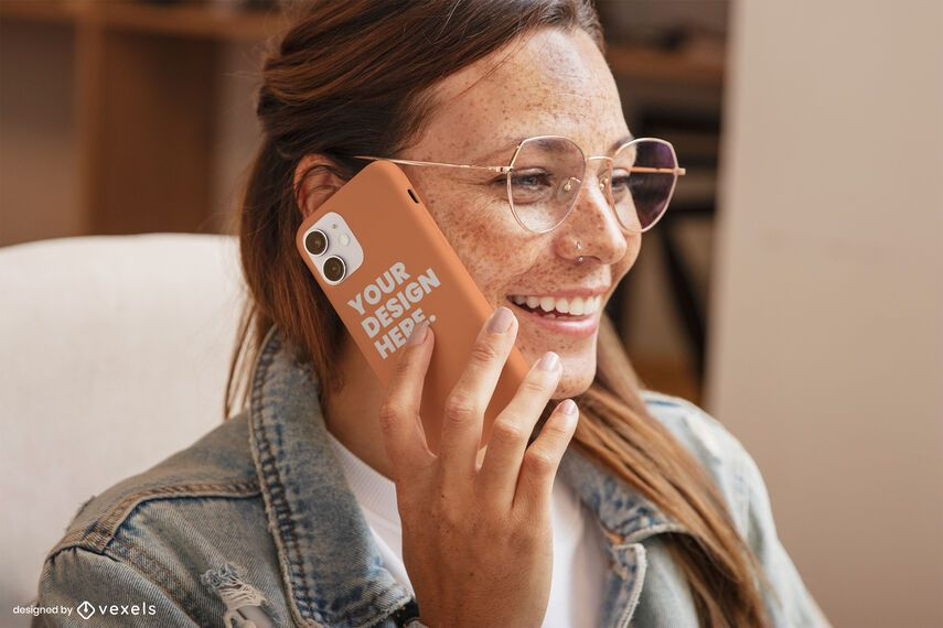 Chica con gafas riendo maqueta de caja de teléfono