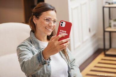 Maqueta de caja de teléfono selfie de sala de estar de niña