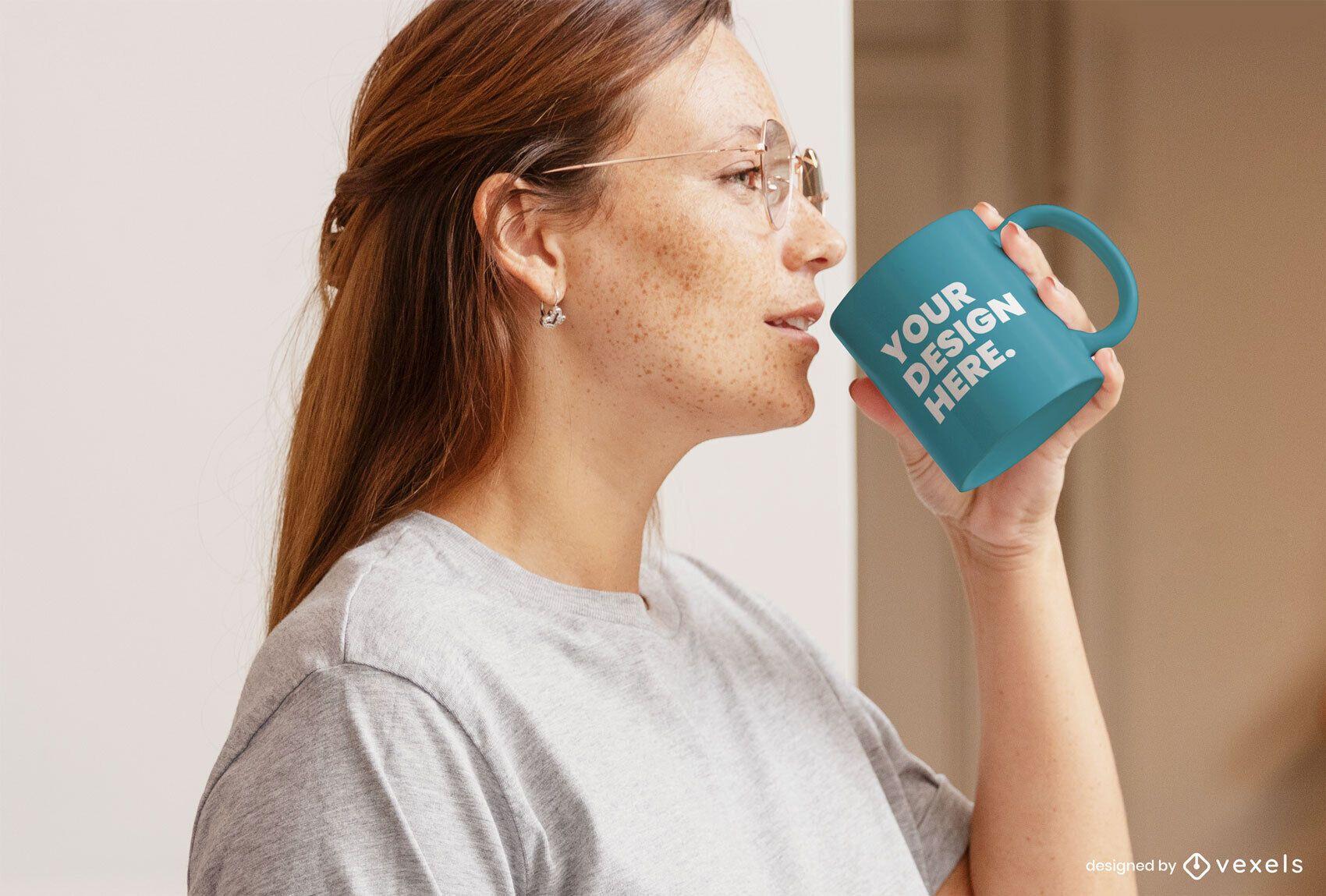 Mujer con gafas maqueta de taza interior