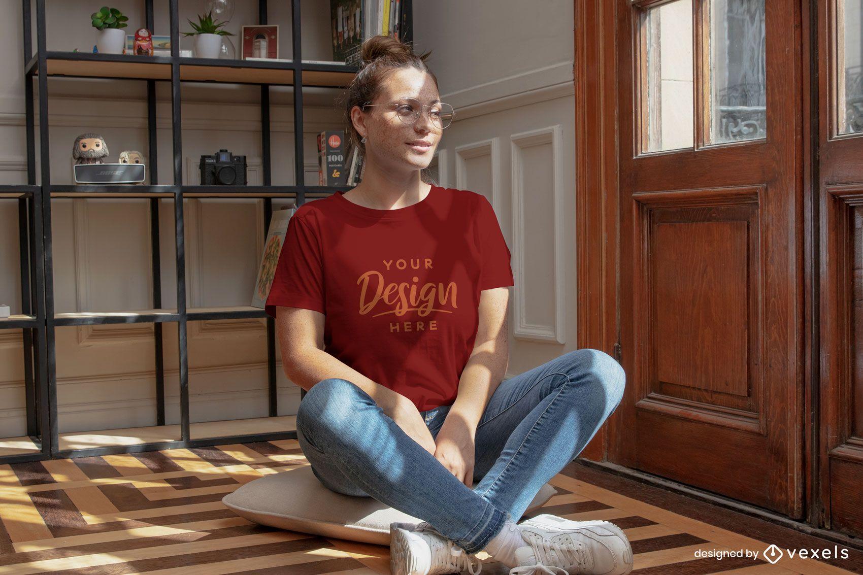 Mulher na maquete da camiseta no chão da sala de estar