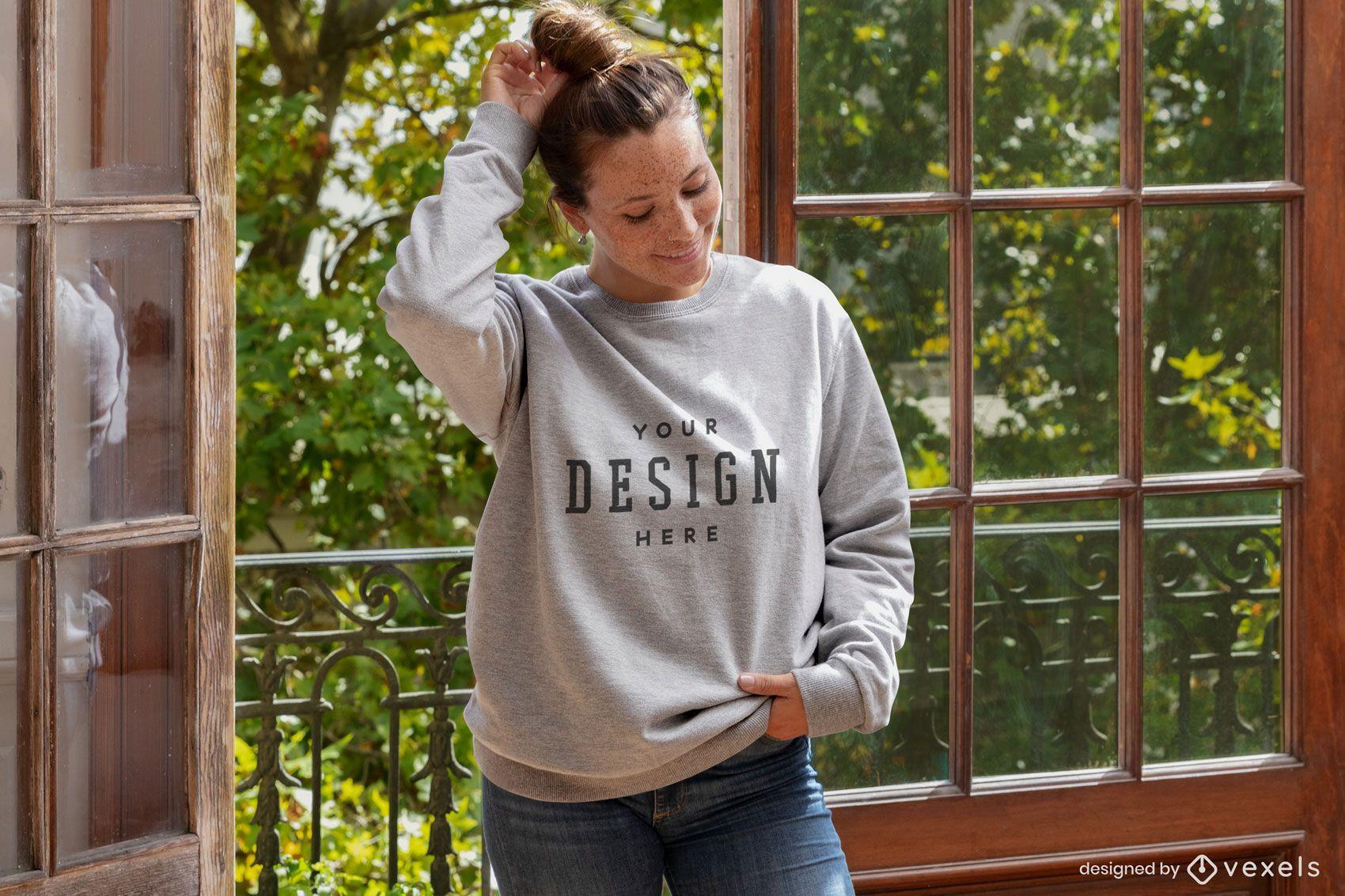 Frau gegen offenes Fenster-Sweatshirt-Modell