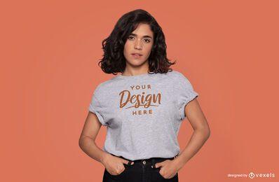 Maqueta de camiseta de manos en bolsillos de mujer