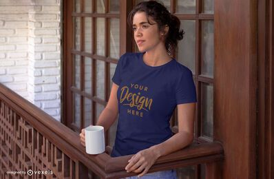 Mulher na varanda com maquete da camiseta da caneca
