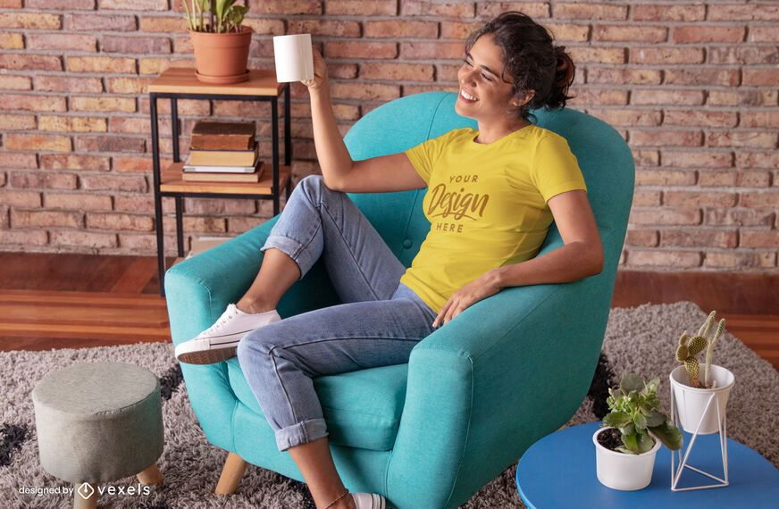 Maquete de t-shirt da cadeira da sala de estar de mulher feliz