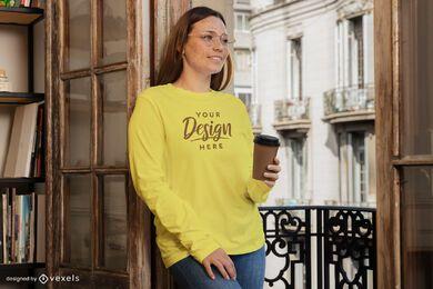 Mulher com maquete de moletom da xícara de café