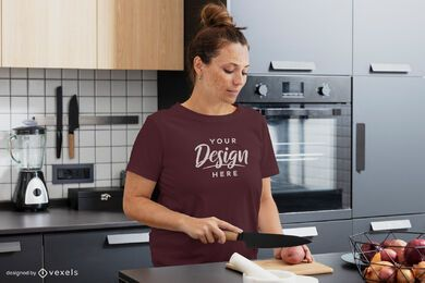 Mujer cocinando maqueta de camiseta de cocina