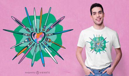 Artista escova design de t-shirt em forma de coração