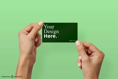 Dos manos sosteniendo la maqueta de la tarjeta de visita
