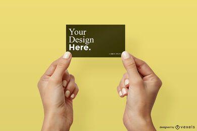 Mãos apresentando modelo de cartão de visita