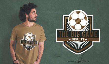 Diseño de camiseta con insignia deportiva de juego de fútbol.