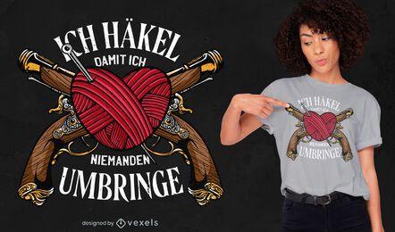 Design de t-shirt com agulhas e armas em forma de coração de crochê