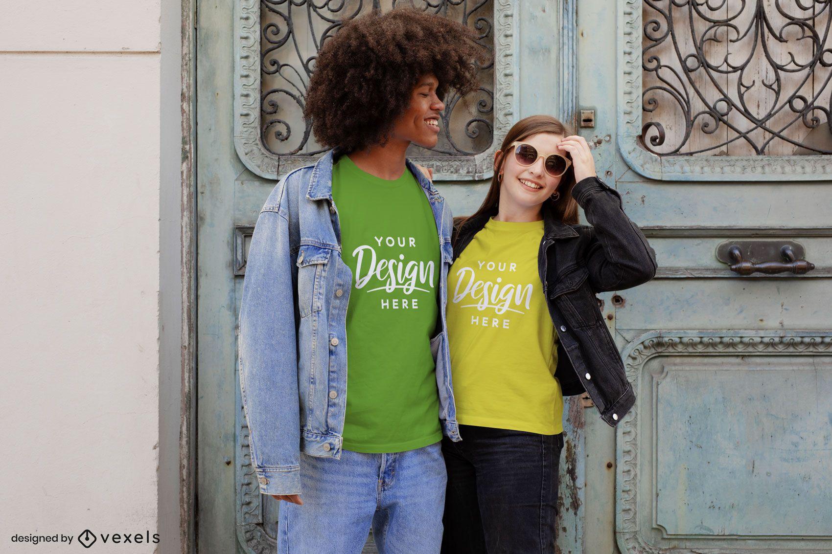 Casal feliz rindo do lado de fora da maquete da camiseta