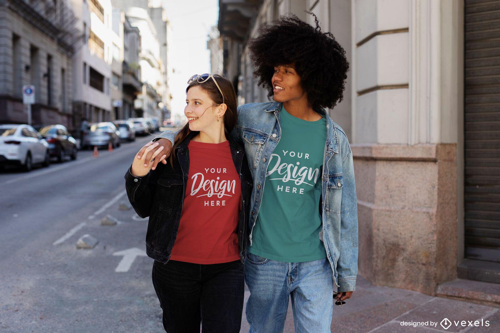 Maquete de camiseta de casal feliz andando pela cidade
