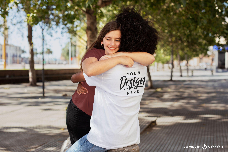 Casal se abraçando na maquete da camiseta do parque