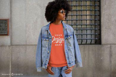 Homem com jaqueta jeans maquete de moletom da cidade