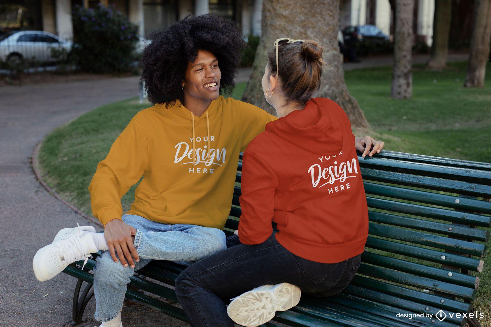 Paar, das auf Parkbank-Sweatshirt-Modell spricht