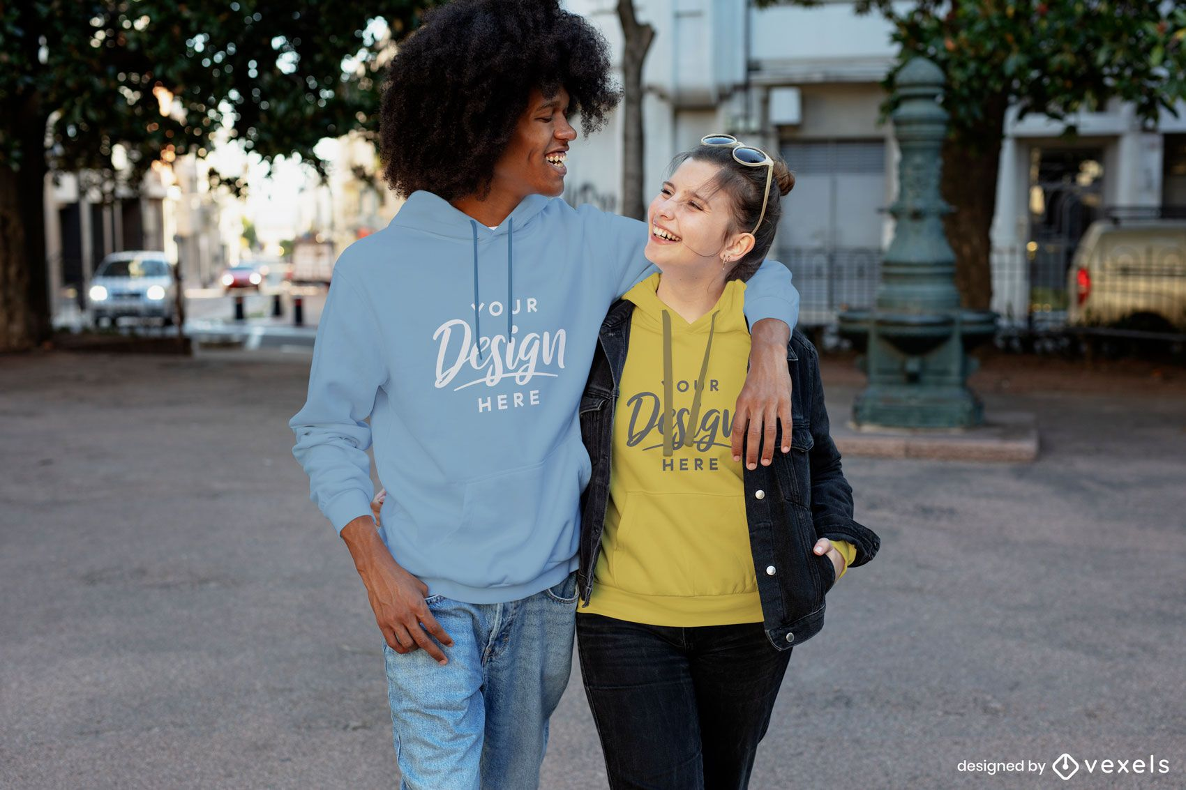 Feliz pareja riendo maqueta de sudadera con capucha de la ciudad