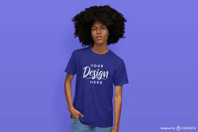 Homem em maquete de camiseta