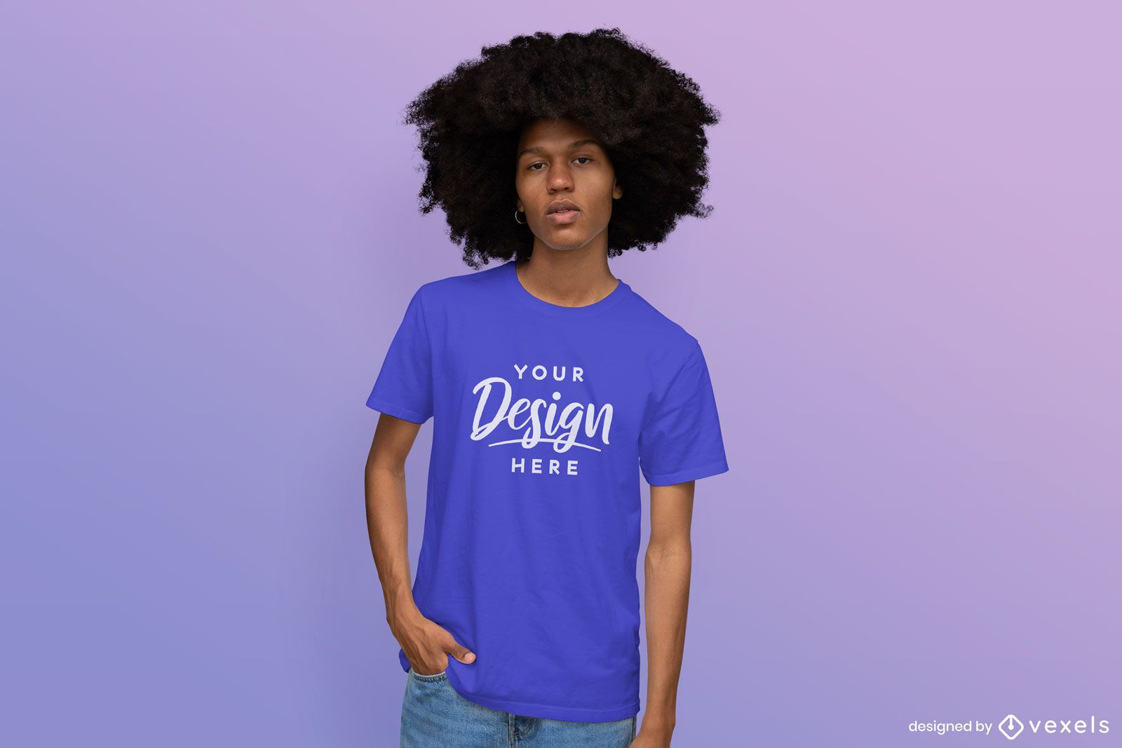 Hombre en maqueta de camiseta