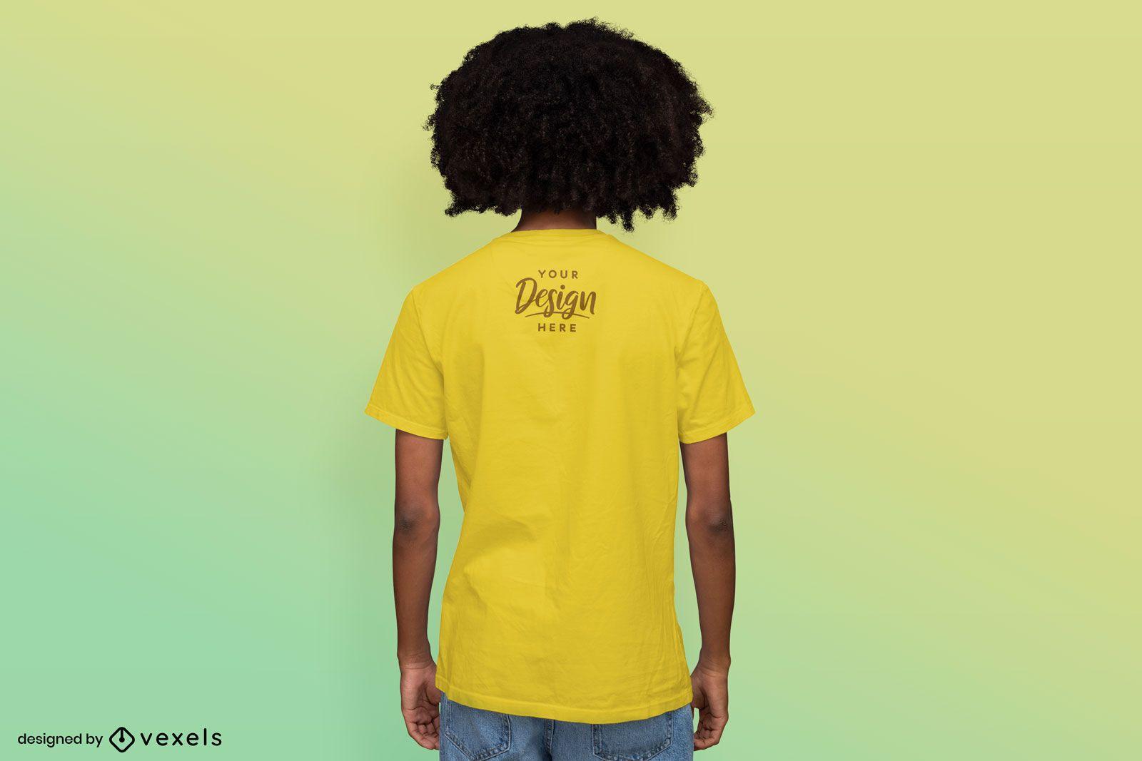 Maquete de camiseta masculina com fundo gradiente invertido