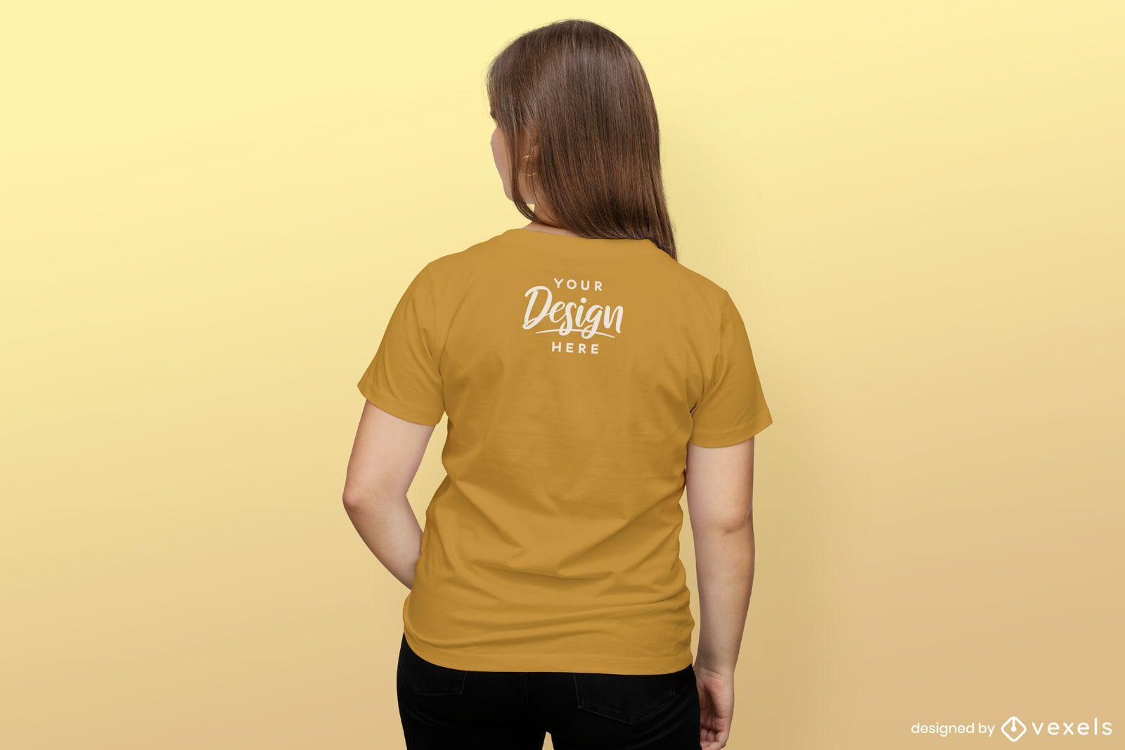 Maquete de camiseta de menina com fundo sólido ao contrário