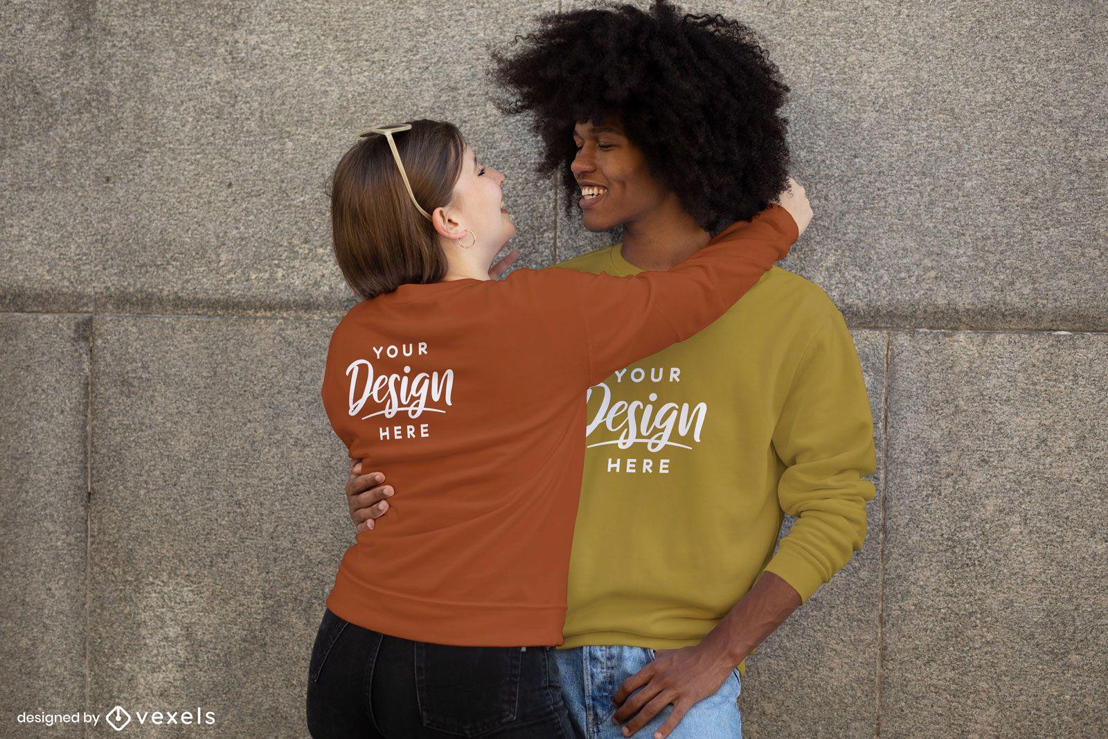 Homem e mulher abraçando a maquete de moletom