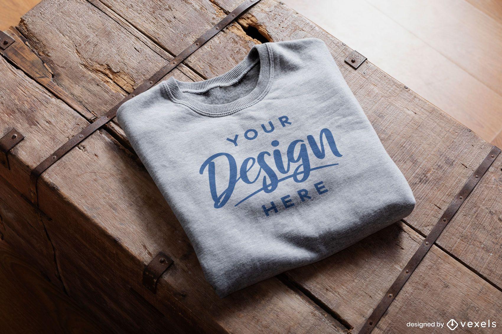 Gefaltetes Sweatshirt auf rustikalem Holzmodell