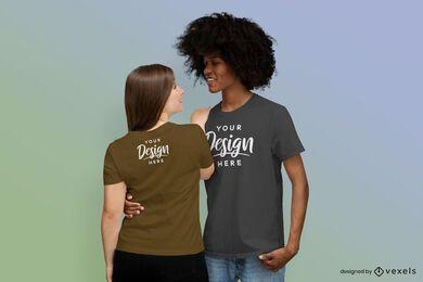 Casal abraçado com maquete de camiseta
