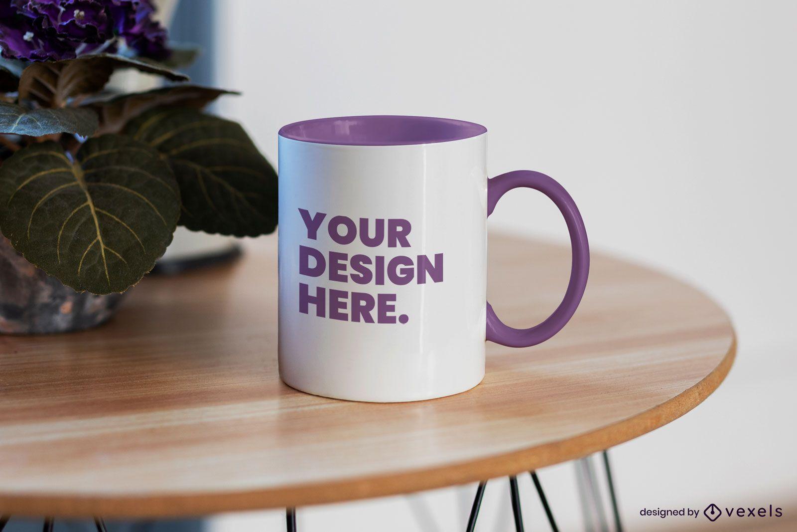 Tasse auf rundem Holztisch Mockup Design