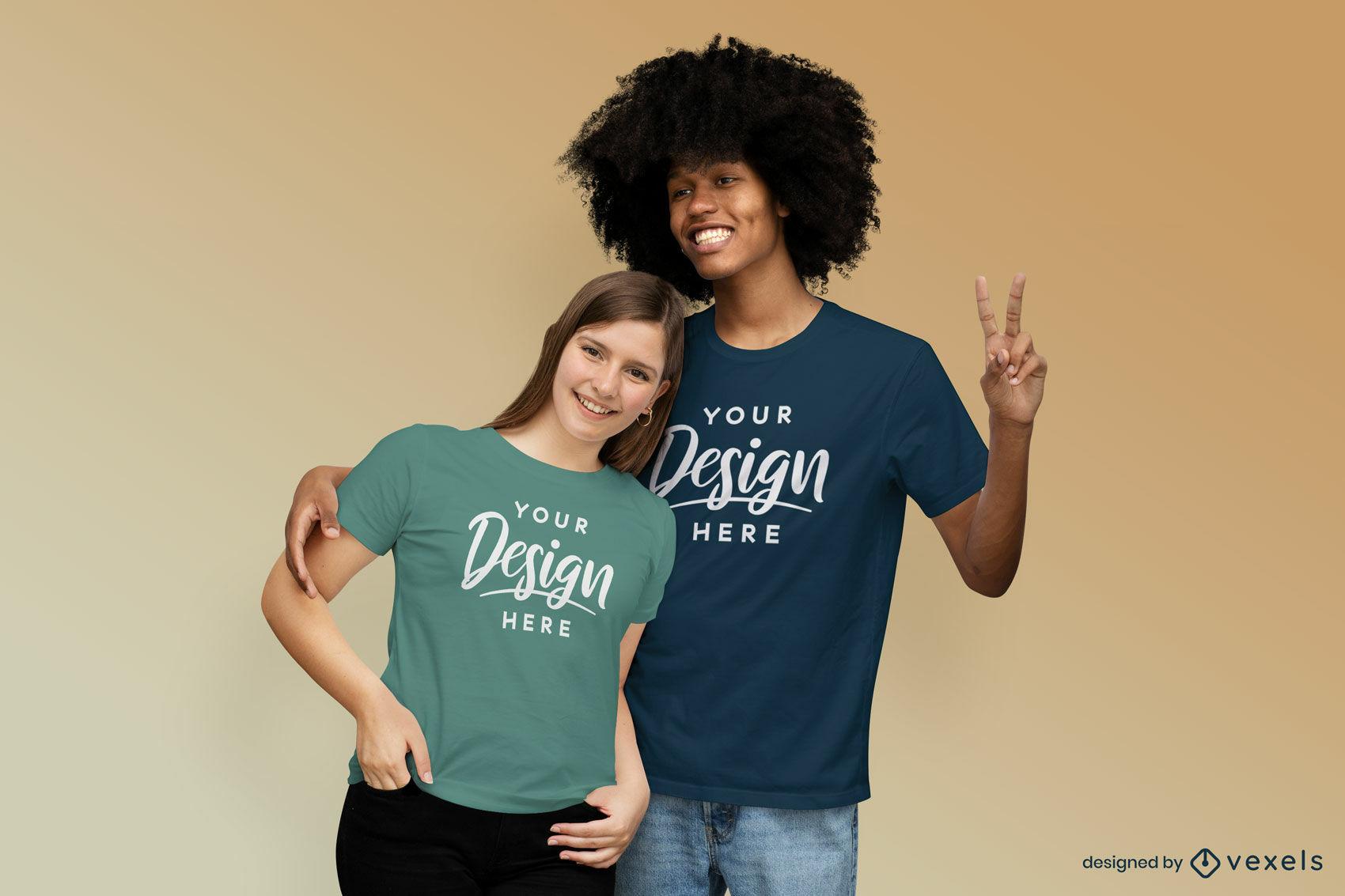 Maqueta de camiseta de fondo sólido de pareja feliz