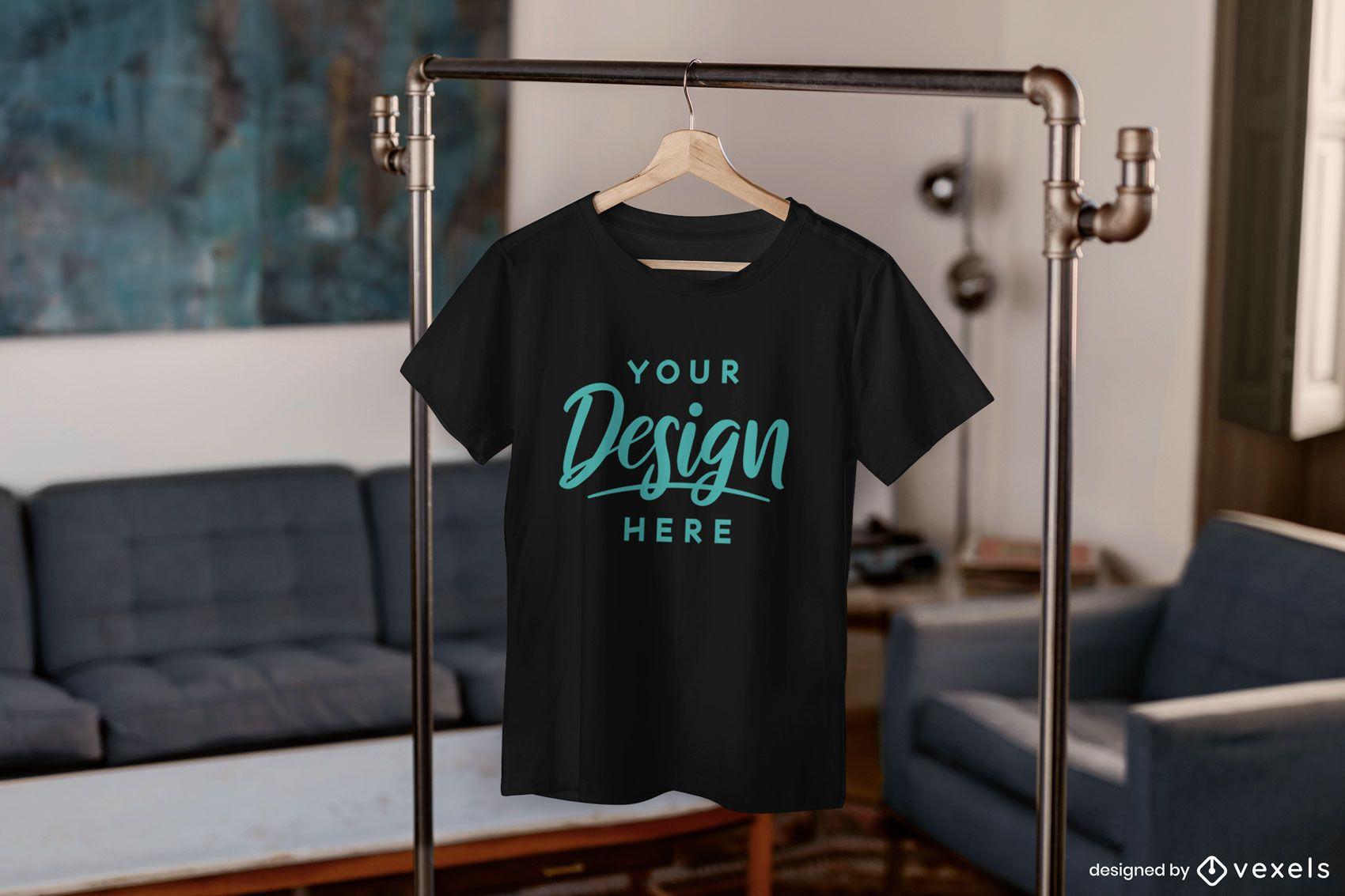 Camiseta pendurada na maquete da sala de estar