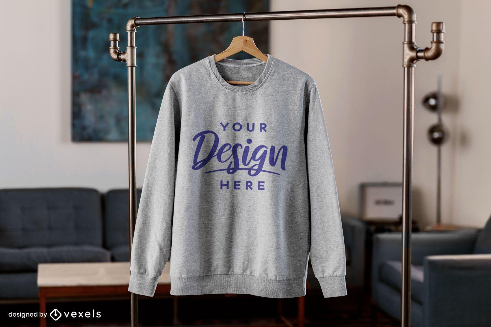 Sweatshirt hängt im Wohnzimmermodell