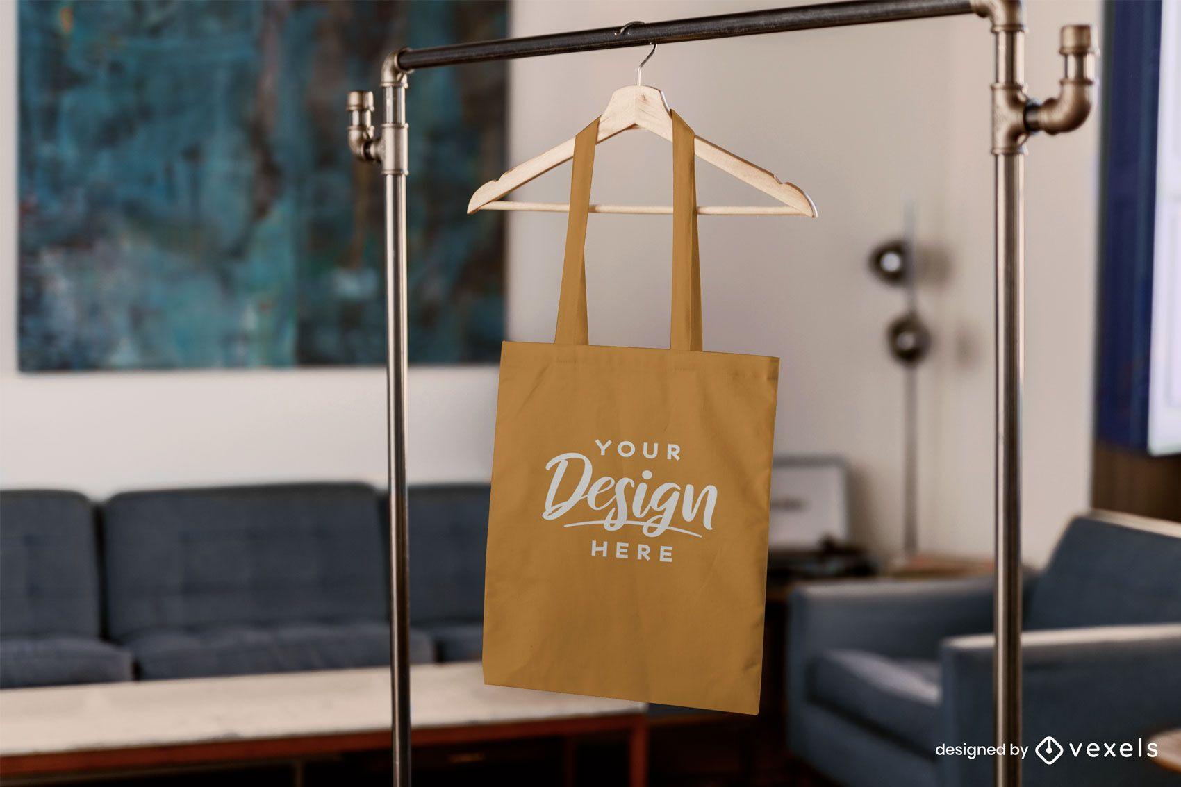 Maqueta de bolso colgando en la sala de estar