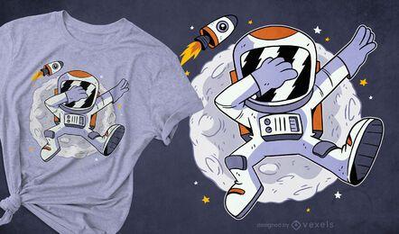 Astronauta experimentando o design de uma camiseta espacial