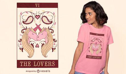 Design de t-shirt com cartas de tarô beijando unicórnios