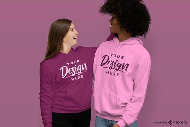 Feliz pareja abrazándose maqueta de sudadera con capucha