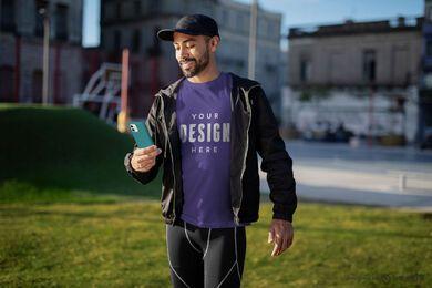 Hombre de ejercicio con maqueta de camiseta de teléfono