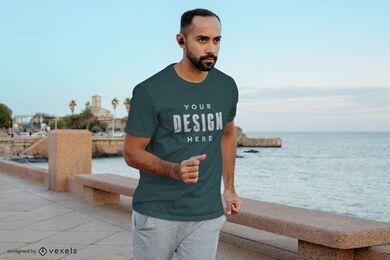 Mann, der Trainings-T-Shirt-Modell läuft