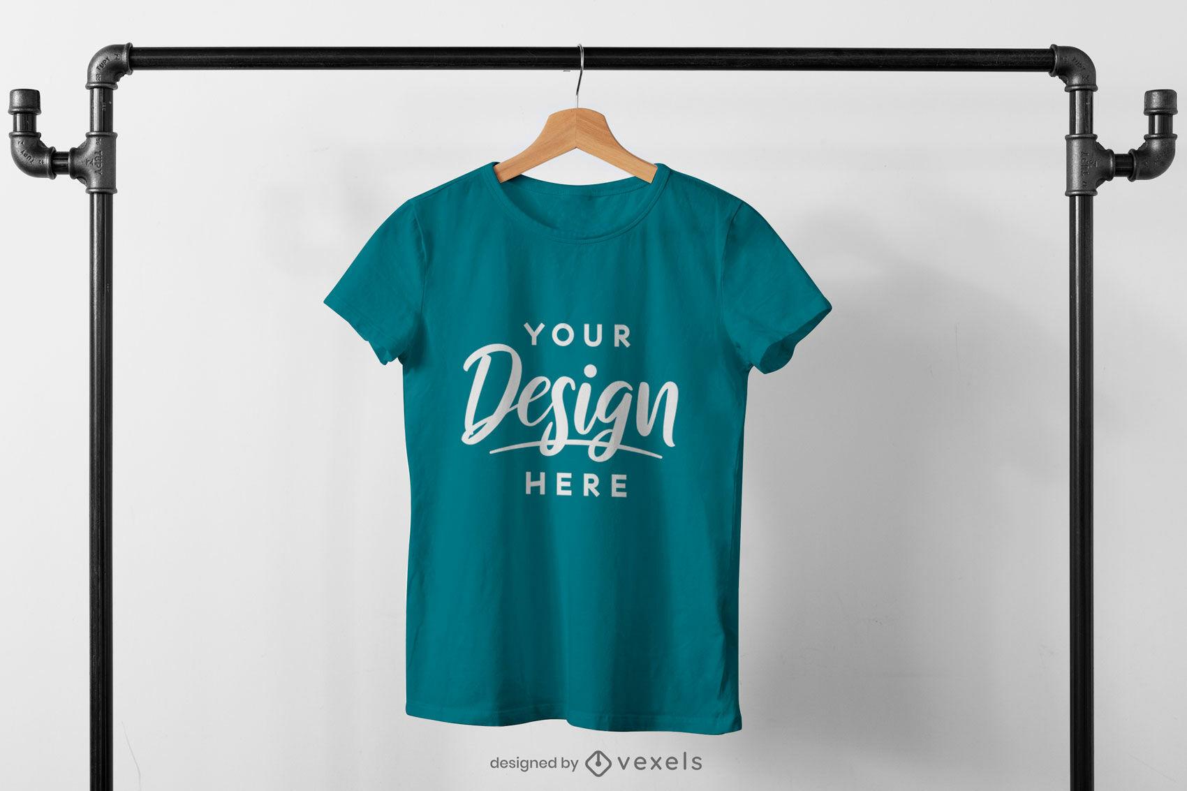 T-shirt pendurada em maquete de rack