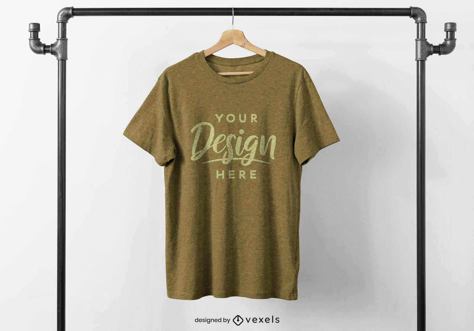 T-shirt na maquete de rack pendurada