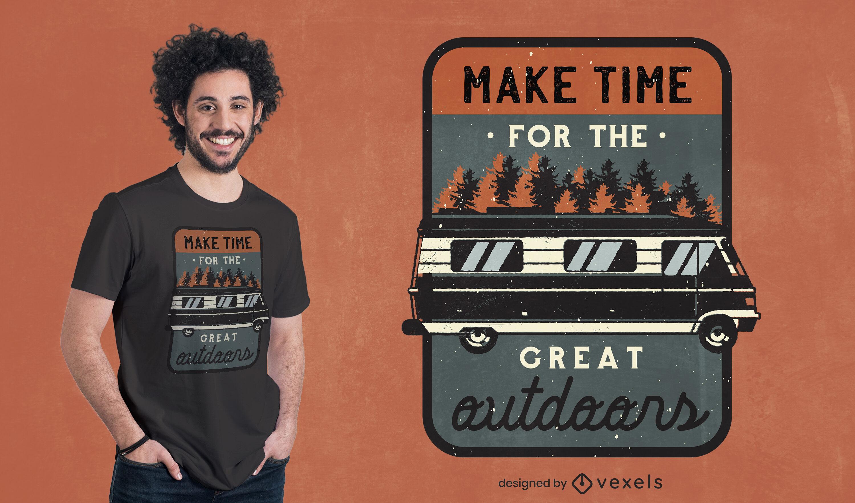 Dise?o de camiseta con insignia vintage de camping van