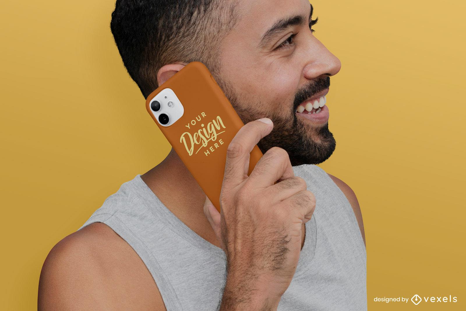 Homem rindo com maquete de capa de celular